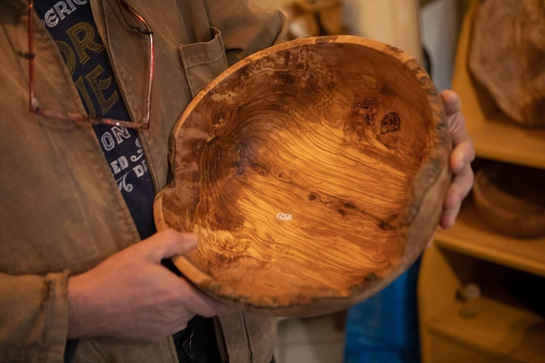 Le bois dégage des odeurs lorsqu'on le travaille.