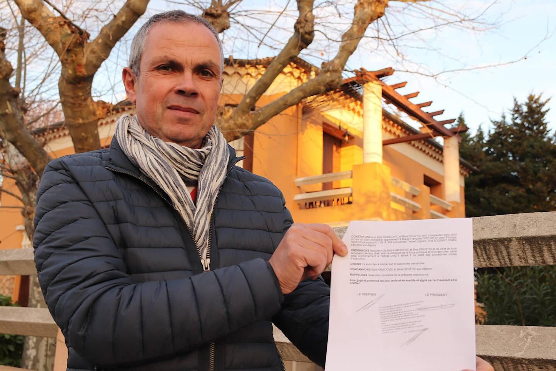 Jean-Philippe Victor vit avec sa sœur un véritable enfer depuis plusieurs mois. Sa maison familiale est squattée par des demandeurs d'asile.