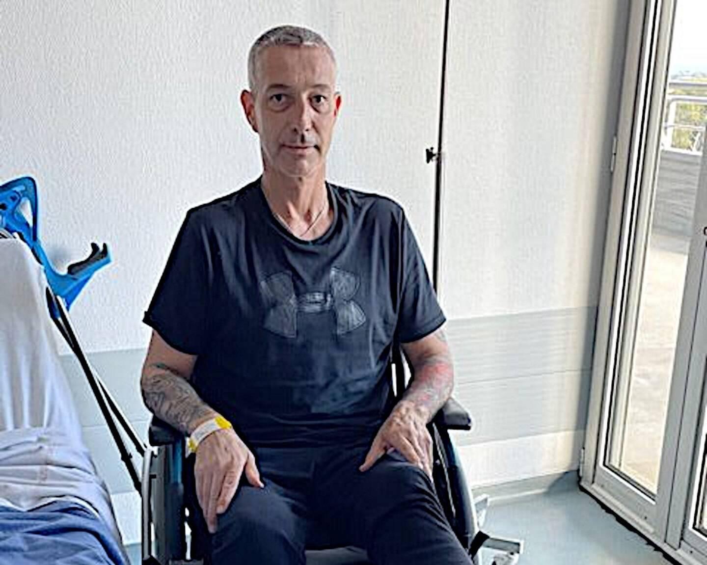 Michel Vaillant, ici dans sa chambre d'hôpital à Hyères, quelques heures seulement après son amputation de la jambe.