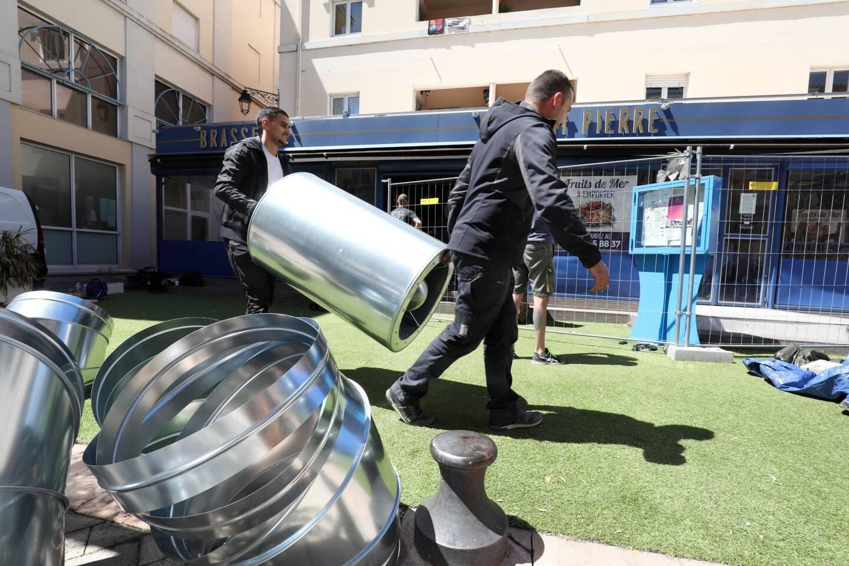 Au Saint-Pierre, à Draguignan, les équipes s'affairent avant l'accueil de la clientèle en terrasse.