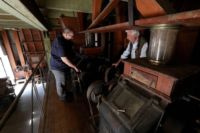Ci-contre, les broyeurs convertisseurs, qui servaient à moudre le blé, trônent au premier étage de la minoterie.