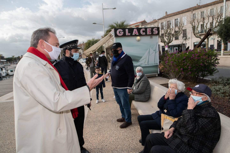 Le préfet du Var Evence Richard, samedi après-midi sur le bord de mer à Saint-Raphaël, lors d'une opération de contrôle du respect des mesures sanitaires.