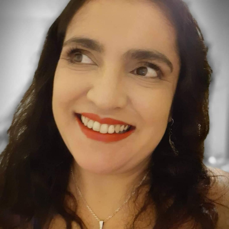 Ana Prosperi a grandi et vécu dans le Var, avant de rejoindre Paris où elle a suivi des études de psychologie.