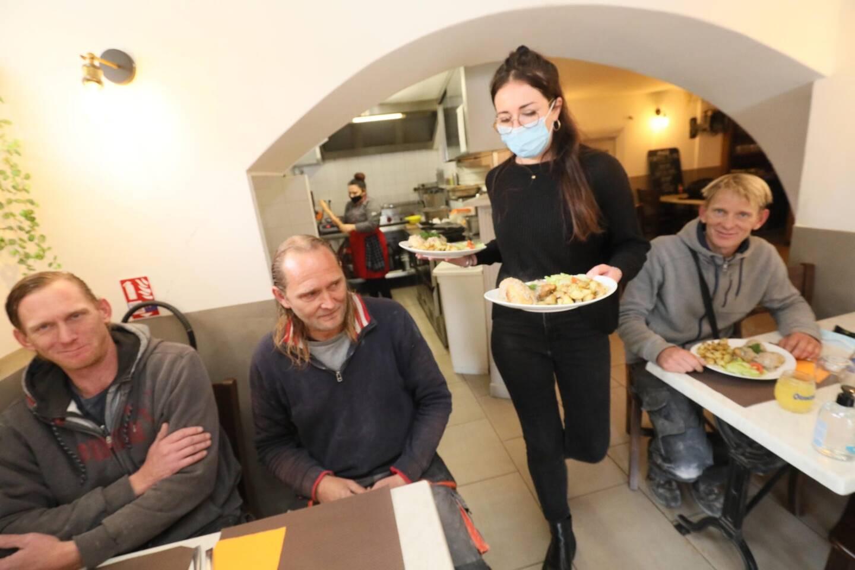 À Cabris, la brasserie La Chèvre d'or a repris du service et accueilli ses premiers clients du BTP.
