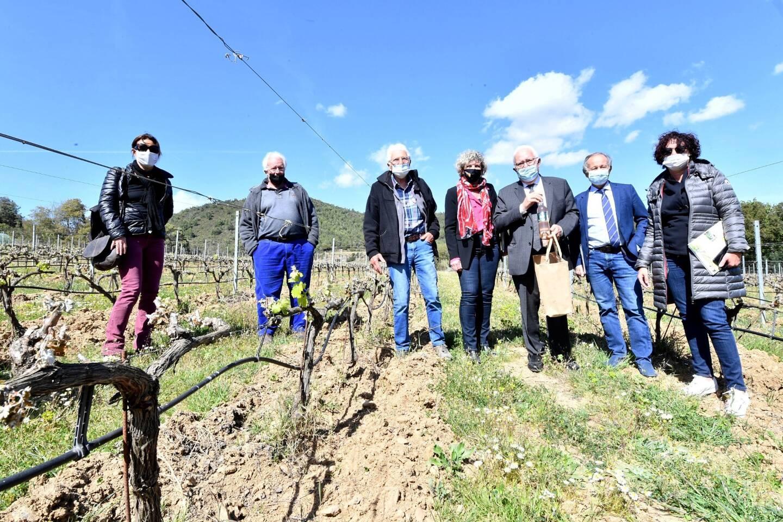 À travers cette visite du Domaine des Fouques, les élus ont découvert une approche des différentes pratiques agricoles pour préserver l'environnement.
