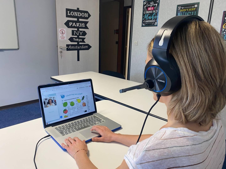 Gemma Sutcliffe utilise différents outils pour dispenser son cours vidéo.