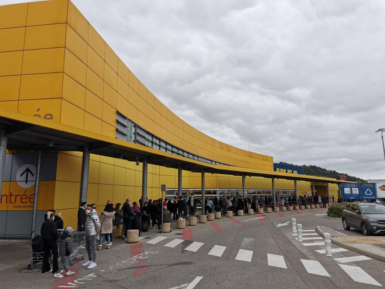File d'attente gigantesque et parking plein, samedi chez Ikea.