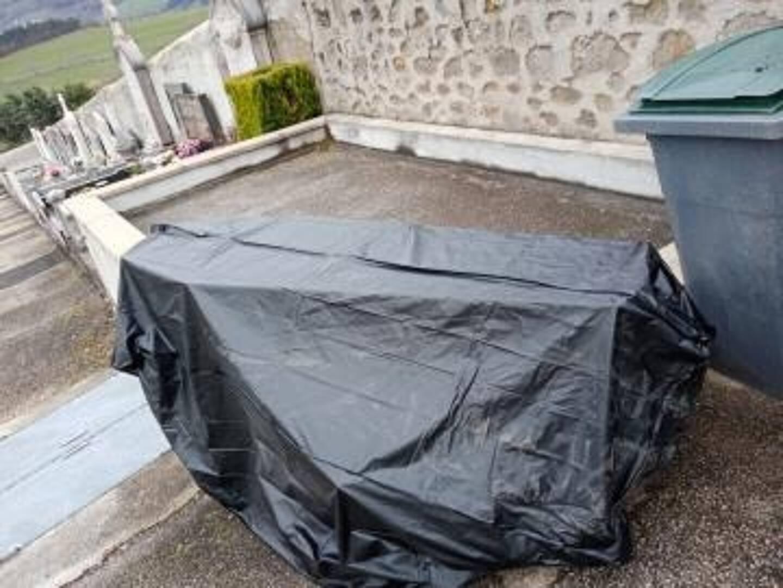 Le cercueil de Michèle avait été laissé dehors par les pompes funèbres.