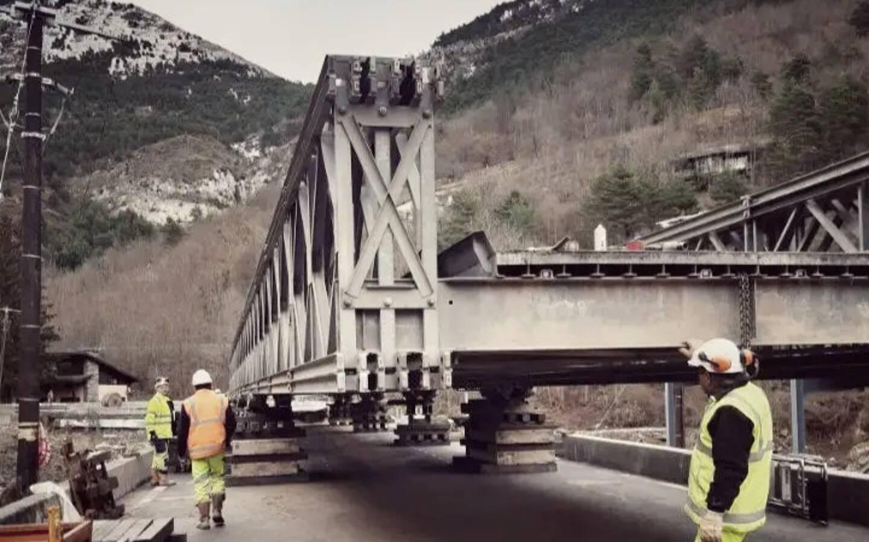 L'assemblage du pont Bailey est terminé. Reste à le rendre accessible aux véhicules.