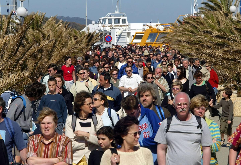 Au départ des îles de Hyères, la surfréquentation est un aléa qui préoccupe élus et habitants.