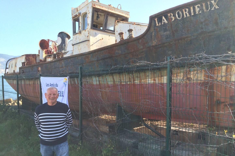 Tous les dimanches, Marc Lefebvre se tient au pied du bateau, à côté du fort Balaguier, pour présenter le projet aux personnes intéressées.
