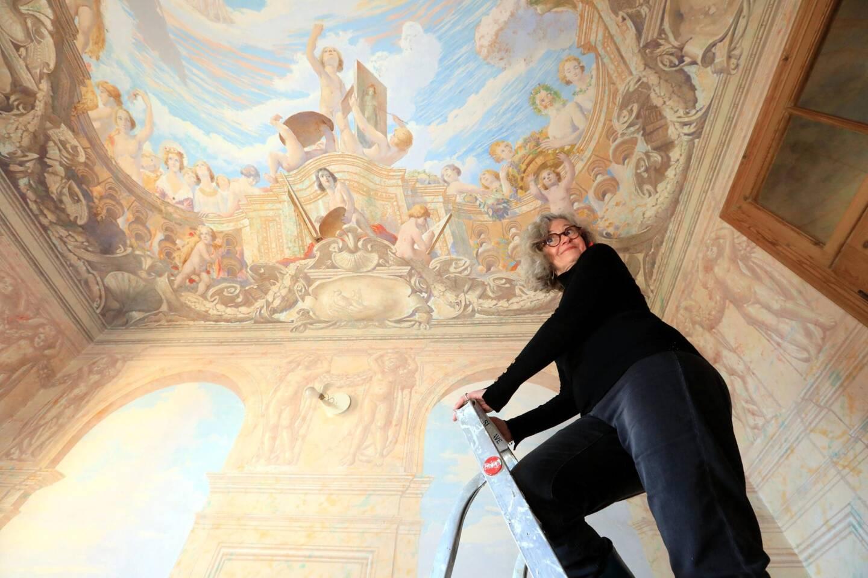 Dans le hall d'entrée de l'immeuble, le plafond richement décoré capte le regard dès l'arrivée