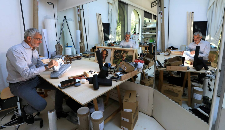 Arik Levy dans son atelier.