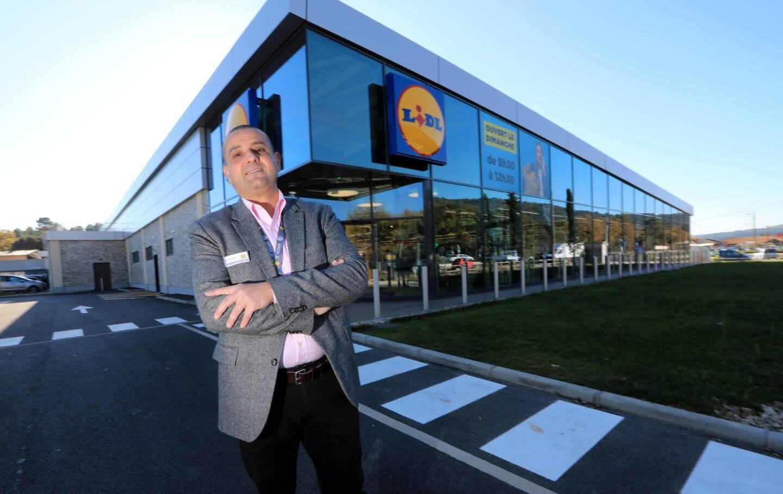 Avant d'être directeur régional Lidl France, Lahcène Lamaouche – qui pose ici devant le dernier né des Lidl du 06 au Tignet à côté de Grasse – était responsable des ventes.