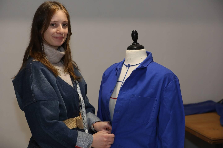 Son atelier vient d'ouvrir à Nice. Mathilde Jacob, 25 ans, prépare déjà ses prochaines collections, avec des bleus de travail recyclés.