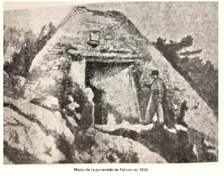 Érigée à flanc de colline et implantée au-dessus de l'ouverture de la grotte des Ratapignata, elle a de plus en plus de mal à défier le temps. L'érosion et le vandalisme la transforment progressivement en tas de pierres informe.