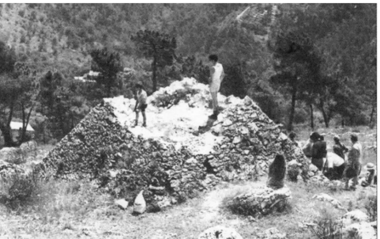 Photo de 1926. La petite structure, pyramidale tronquée et sans doute pointue à l'origine, ne devait pas excéder dix mètres de hauteur et huit et six mètres de côtés environ.