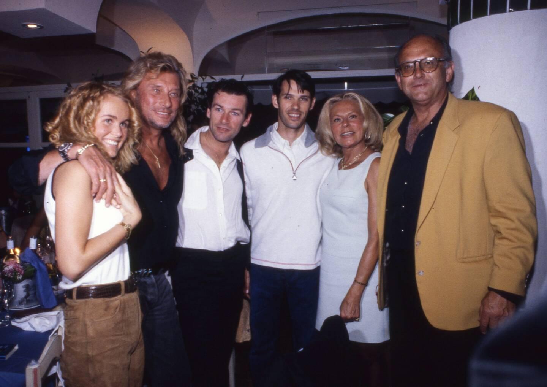 À Saint-Tropez, Læticia et Johnny Hallyday, Patrick Dupond, Paul Belmondo, Jean de Colmont, ancien propriétaire du Club 55 et des Caves du Roy, et Jacqueline Veyssière.