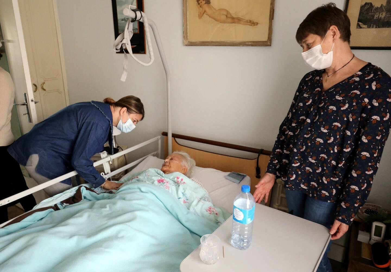Autour de Gisèle, Marine (à gauche) est la relayeuse, qui vient soulager la famille de cette dame hospitalisée à domicile et Marinette Desgardins (à droite) est la responsable du projet de relayage à Menton.