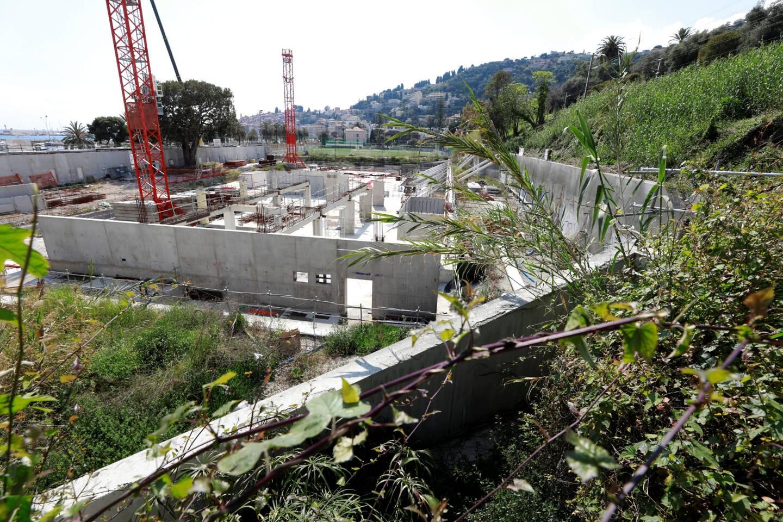 Une poignée d'ouvriers a démonté une des deux grues qui auraient dû achever les travaux de l'hôtel de luxe, en face du port de Menton-Garavan.
