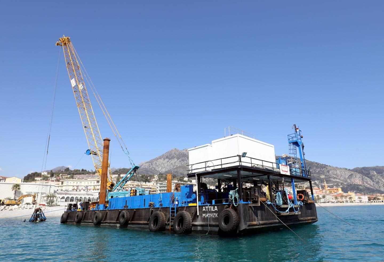 Attila, ce bateau à fond plat est l'un des acteurs principaux de la réhabilitation des digues.