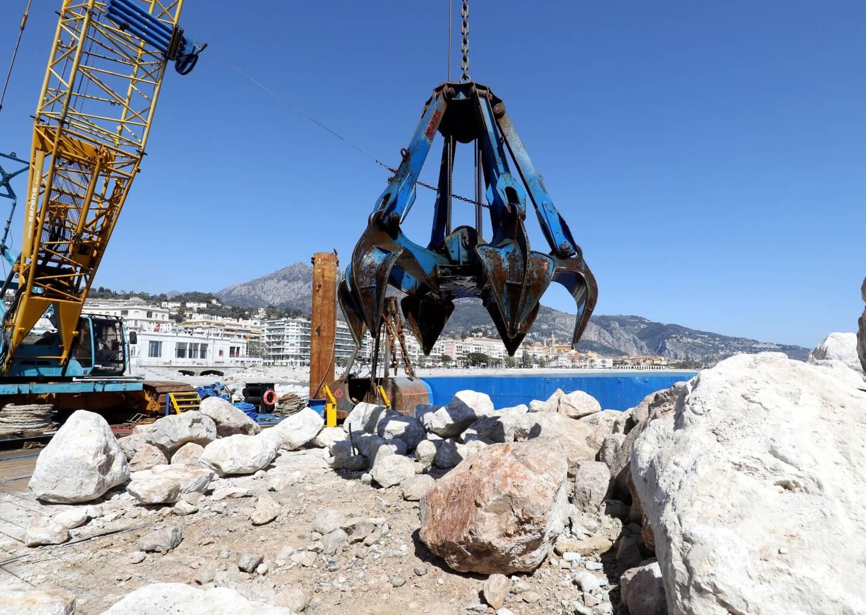 La pelle mécanique équipée d'un grappin qui permet de distinguer avec précision les zones où déposer des rochers.