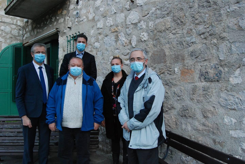 Laurent Londeix, délégué régional Orange, Franck Lavagna, directeur des relations avec les collectivités dans les Alpes-Maritimes, Olivier Chantreau, maire de Castillon, Morgane Hervieu, adjointe à la maire de Castellar, et Guy Bonvallet, maire de Moulinet.