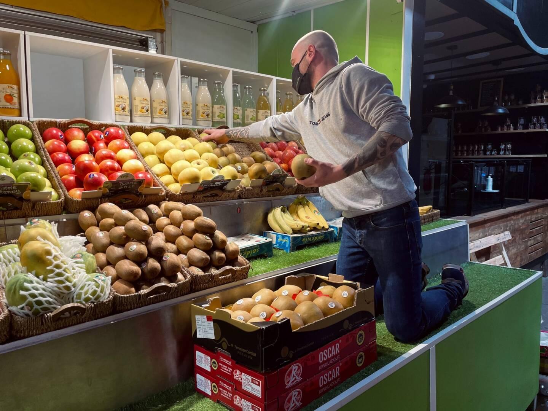 """""""On ne dirait pas mais c'est du travail! argumente Ludovic Lanteri. J'essaie de mettre en valeur les produits, d'avoir toutes les étiquettes dans le même sens..."""" Pour son stand de fruits et légumes, le maraîcher admet essayer de n'acheter """"que du beau.On mange avec les yeux, un beau stand ça attire plus!""""."""