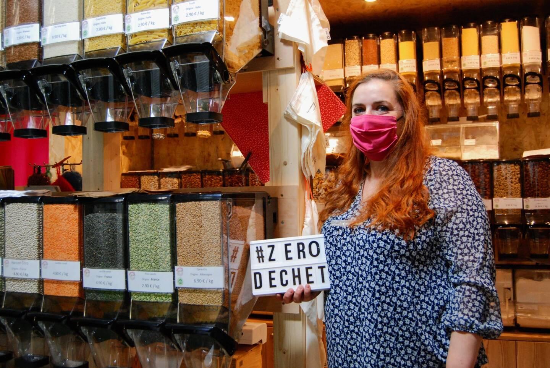 """""""Passer au zéro déchet, c'est moins acheter, donc moins dépenser"""", pour Fanny Boyron, gérante de l'épicerie Abracadavrac au marché des Halles de Menton"""