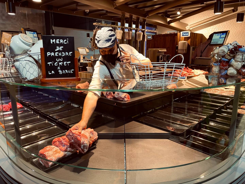 Téléphone scotché à l'oreille, Yoann Caverivière commence à exposer sa viande en vitrine. Lorsqu'il arrive au marché, dès 5h en semaine et vers 3h30 le week-end, il écoute le répondeur et prend toutes les commandes de sa boucherie. Ensuite, son équipe et lui mettent en place les plus belles pièces de viande.
