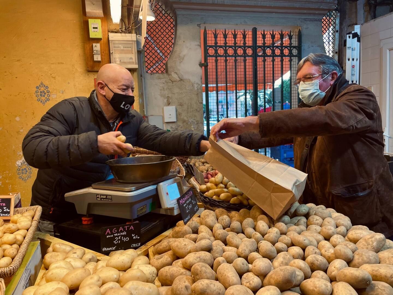 """Le premier client vient d'arriver à l'intérieur du marché. C'est un habitué, il prend quelques patates à Christophe Laïlo, qu'il tutoie. """"C'est ma petite routine, je viens toujours de bonne heure"""", précise-t-il. Plus tôt ce matin, Christophe Laïolo confiait son amour pour le marché: """"Depuis 25 ans, j'en ai vu passer du monde, et ça va de mieux en mieux! Il n'y a que des passionnés ici""""."""