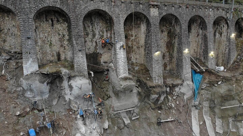 Les équipes de la SNCF et les prestataires travaillent d'arrache-pied sur le mur.