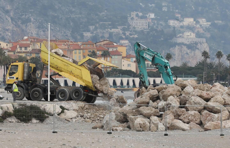 Une pelle mécanique stocke des blocs de calcaire de trois tonnes, ce mercredi, sur la plage du Casino.