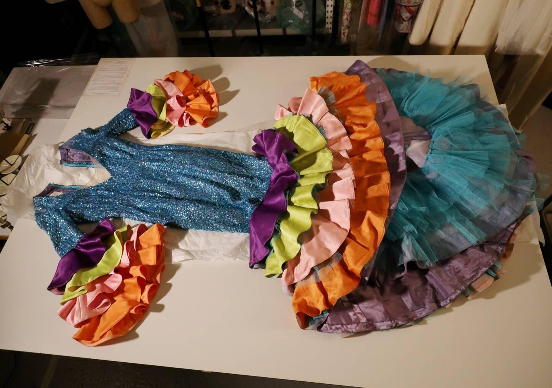 Lors du tournage, une coiffe et le dernier costume de scène de Joséphine Baker pour le tableau «Carnaval de Rio», en 1974 à Monaco, a été exhumé des réserves de costumes du NMNM.
