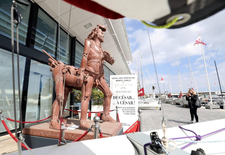 La statue est exposée sur le quai du Yacht-club jusqu'à sa vente.