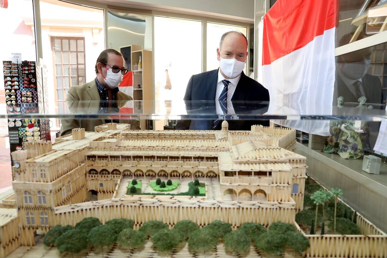 32.500 allumettes, 200 tubes de colle, sept heures de travail par jour pour obtenir une reproduction miniature du Palais princier.
