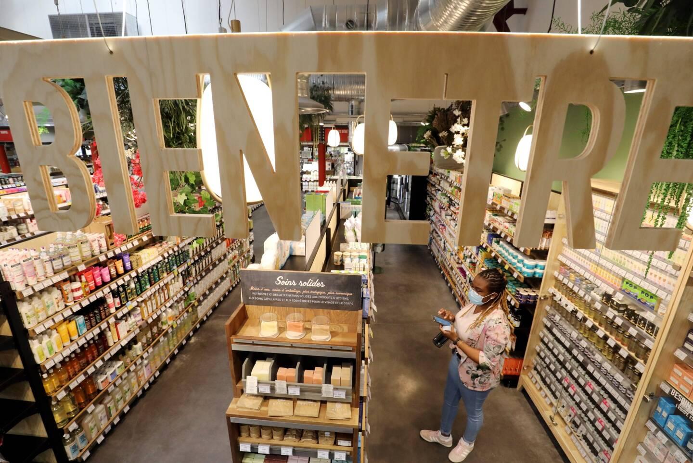 Une grande place est accordée aux fruits et légumes, aux produits frais et en vrac. Un espace cosmétologie est aussi présent.