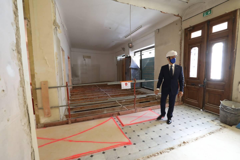 Les travaux ont démarré dans la villa, notamment pour la dépose du sol du rez-de-chaussée.