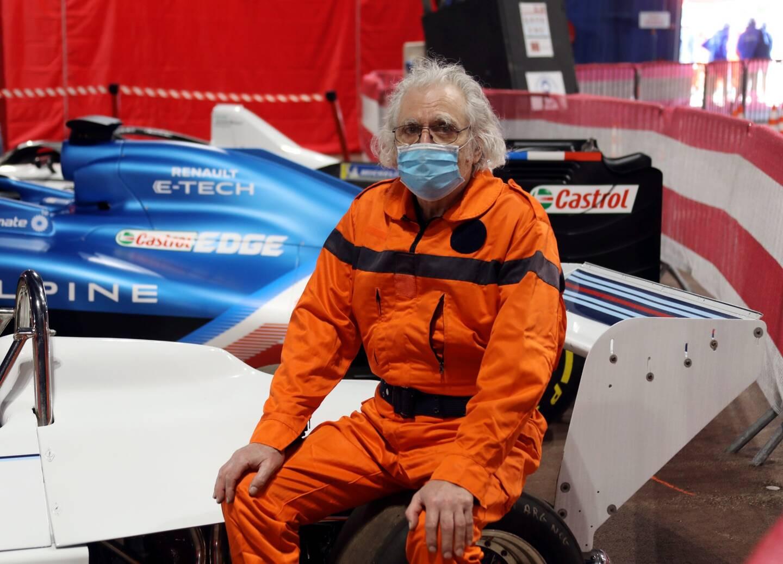 """Avec 52 années de grands prix au compteur, Jean-Luc Filippi est l'un des plus anciens bénévoles. Connu de tous sous le surnom de """"Doc"""" - pour sa ressemblance capillaire avec le docteur Emmett Brown dans Retour vers le futur -, il est un vrai passionné de sport auto. """"Lorsque j'étais au lycée à Monaco, je faisais tout pour voir les voitures du Grand Prix, quitte à sécher les cours"""", s'amuse-t-il. Après avoir commencé comme simple commissaire de course, il œuvre depuis 35 ans en tant que """"Radio Alpha"""" auprès des camions-grues, chargés d'enlever les véhicules en panne ou accidentés sur le circuit. A la tête une collection d'anciennes voitures de sport, il aime aussi les reproduire en maquettes au format 1/8. """"Je recrée toutes les pièces à l'identique, dans leurs matériaux d'origine."""" Une minutie qui lui a valu la médaille d'or au championnat d'Europe du maquettisme en 2001.  Après une édition 2020 annulée pour cause de crise sanitaire, Jean-Luc Filippi se réjouit de retrouver les bords de la piste. """"Habituellement, on sent l'ambiance monter au fil des jours jusqu'à l'explosion finale de jour du Grand Prix. On espère bien le vivre de la même manière cette année malgré la covid. On aura au moins la chance de pouvoir revoir les voitures."""""""