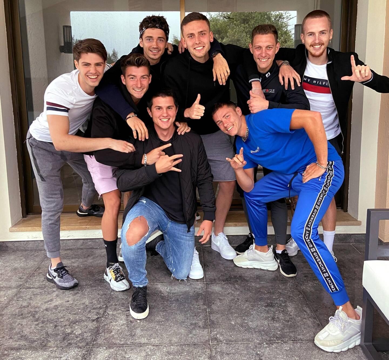 Autour de Charles, une bande de fidèles amis : Joris, Riccardo, Nicolas, Guillaume, Alex, Hugo et Thomas.