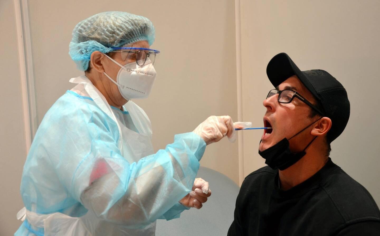 """Mathieu, salarié monégasque déjà testé 5 fois, a participé à l'étude ce vendredi matin: """"La sensation de la petite brosse sur les joues et la langue est tout de même moins désagréable que le prélèvement nasopharyngé""""."""