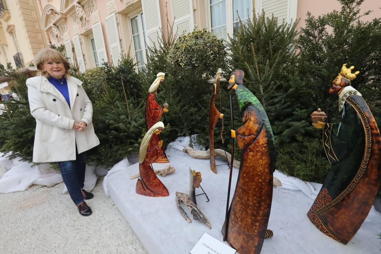 Fabienne Mourou, devant la crèche italienne recouverte de métal peint.