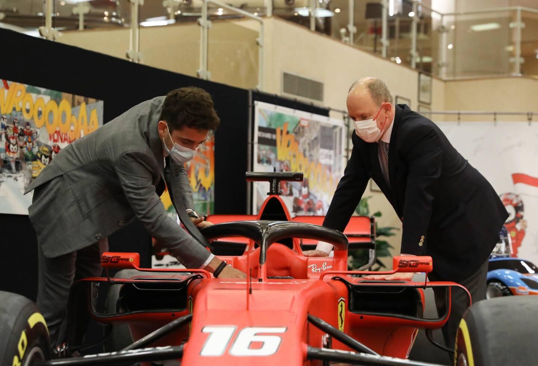 Le pilote monégasque a détaillé au prince Albert II la fonction de chacun des nombreux boutons qui composent le volant d'une Formule 1.