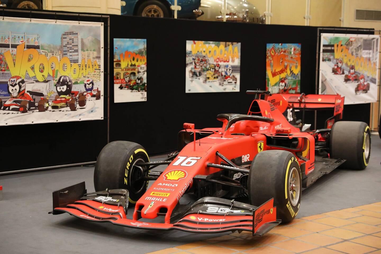 La SF90 pilotée par Charles Leclerc lors de la saison 2019 trône désormais dès l'entrée de la Collection de voitures du Prince.