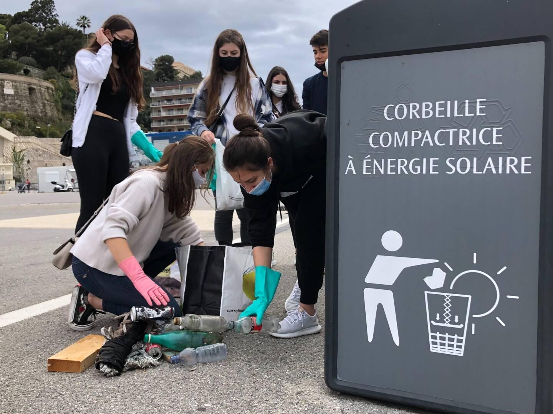 Les lycéens volontaires trient les déchets ramassés sur le Port Hercule.