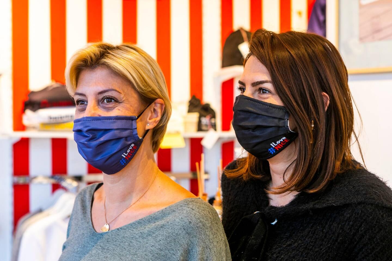 Le modèle #I love Nice à 6 euros est en tissu double épaisseur (une face coton, une face polyamide). Deux couleurs: bleu et noir.