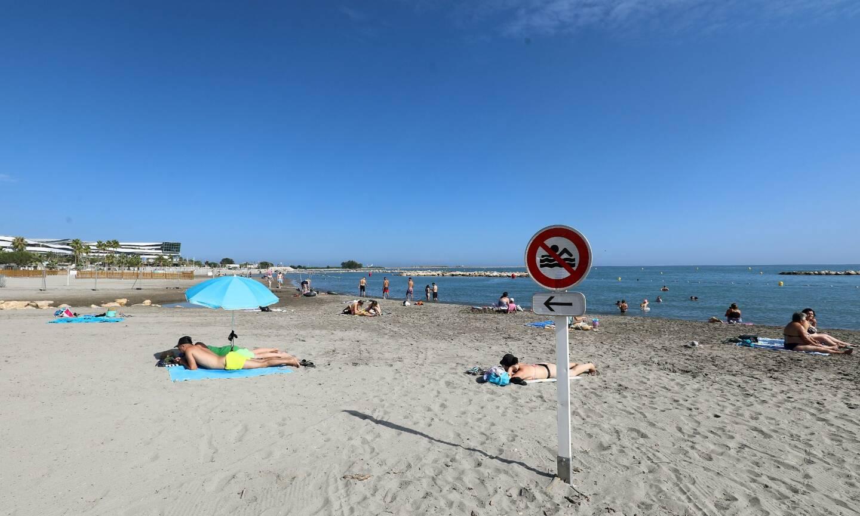 Malgré les quelques panneaux d'interdiction, des baigneurs étaient à l'eau ce mercredi après-midi.