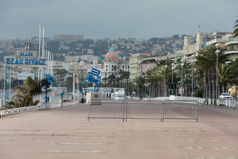 Le trottoir sud de la promenade des Anglais, à Nice, est désormais fermé. Ici, le samedi 27 février, au premier jour du confinement partiel.