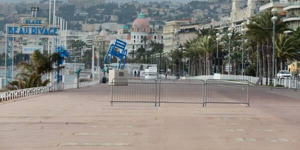 Le trottoir sud de la promenade des Anglais, à Nice, est désormais fermé le week-end. Ici, le samedi 27 février, au premier jour du confinement partiel.