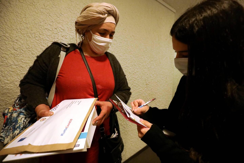 """""""C'est touchant ce que Karim fait pour nous"""", confie Khadouja en recevant ses six masques lavables."""